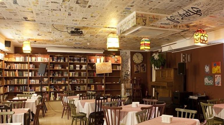 Статья, Книжная пауза: обзор литературных кафе Киева, Вокруг книг